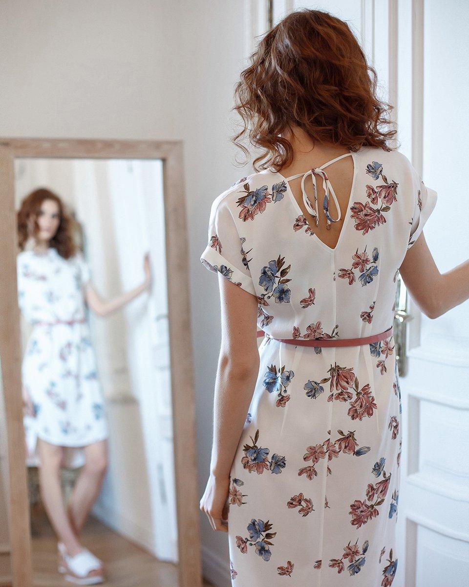 Платье с треугольным вырезом на спинке белого цвета с цветочным рисунком