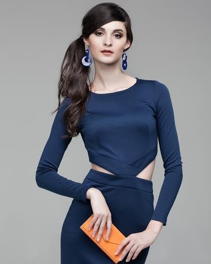 Платье с треугольными вырезами по бокам