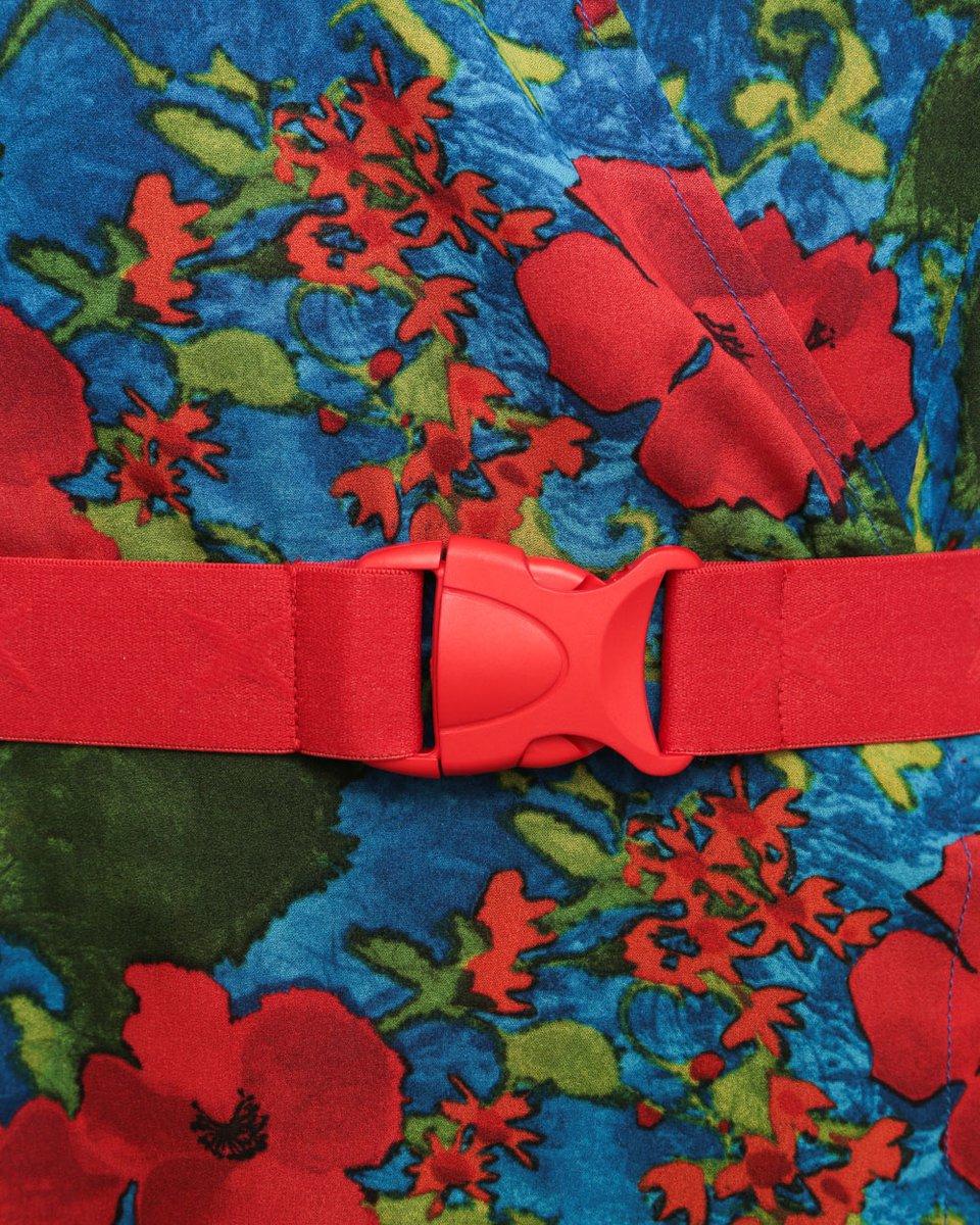 Платье с цветочным принтом и плиссированными вставками