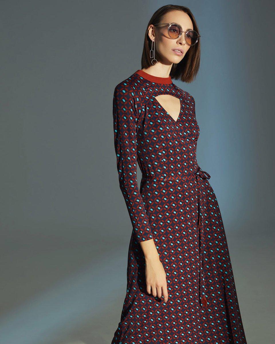 Платье с запахом и декоративным вырезом на груди