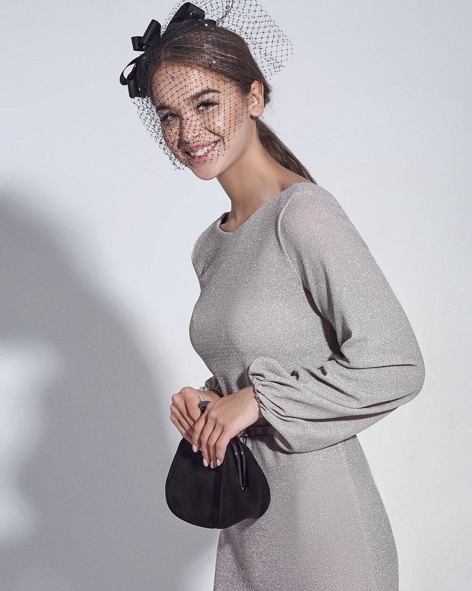 Платье серебристого цвета с пышными рукавами