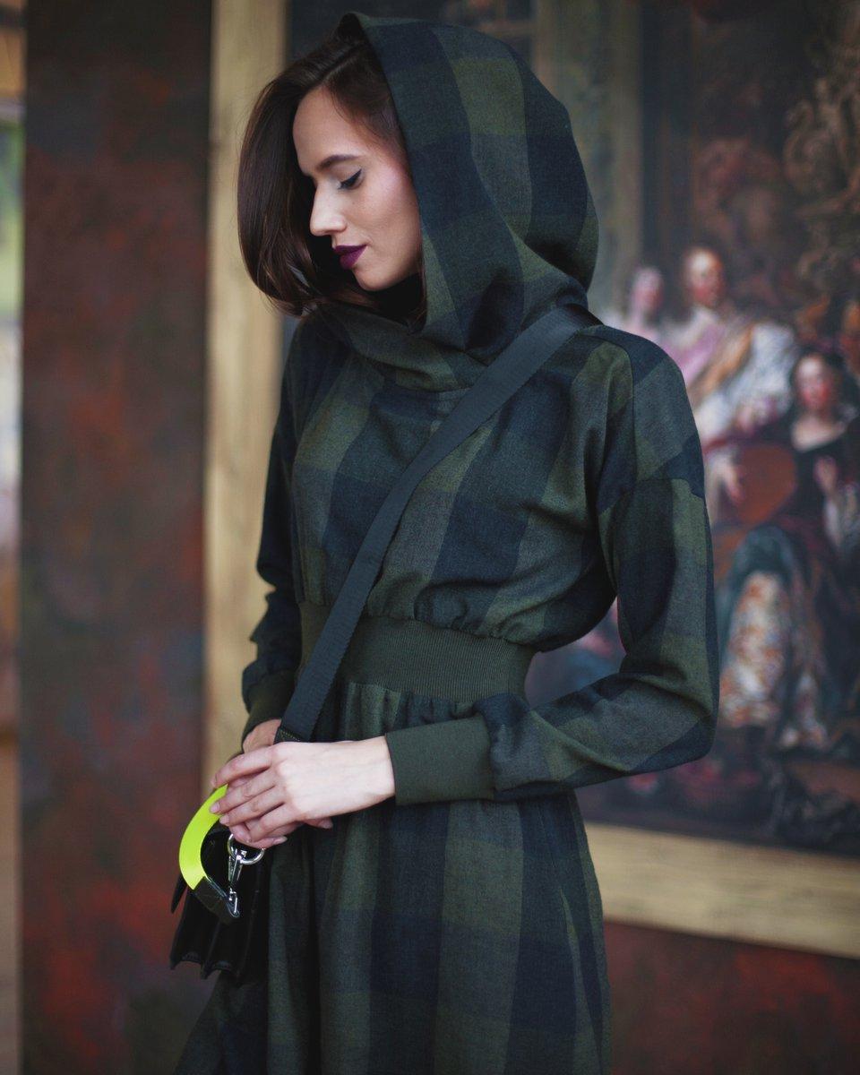 Платье темно-зеленого цвета в клетку с капюшоном