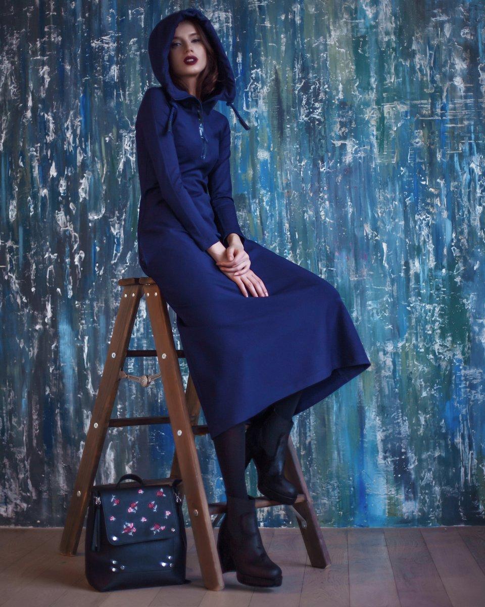 Платье длины макси цвета затмения с капюшоном