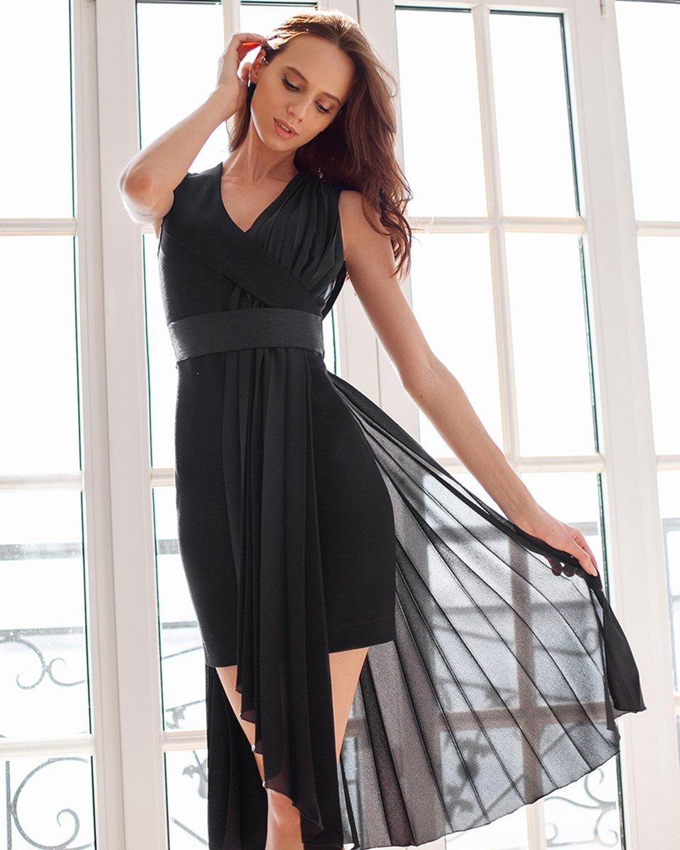 Черное трикотажное платье с драпировкой из шифона