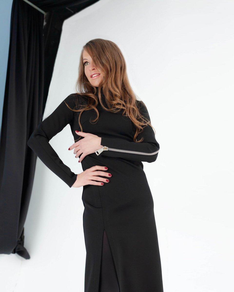 Трикотажное платье с разрезом и молнией на рукаве