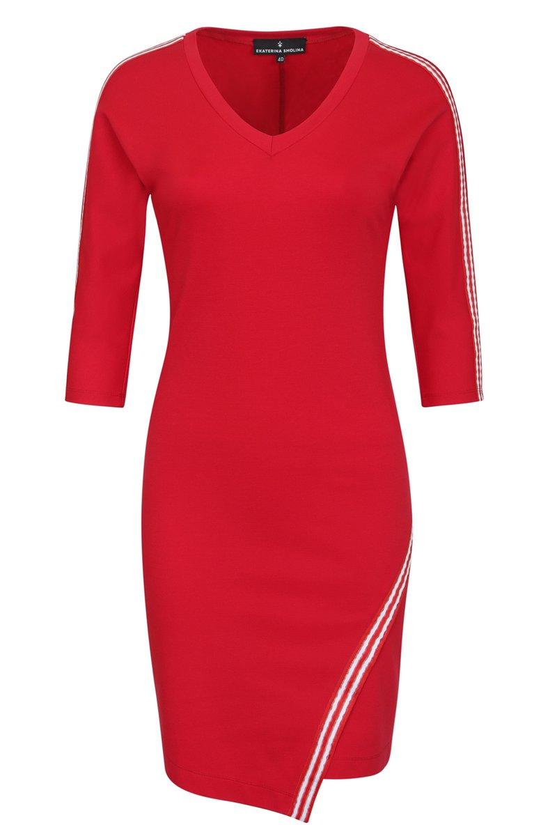 Трикотажное платье с тесьмой и асимметричным краем