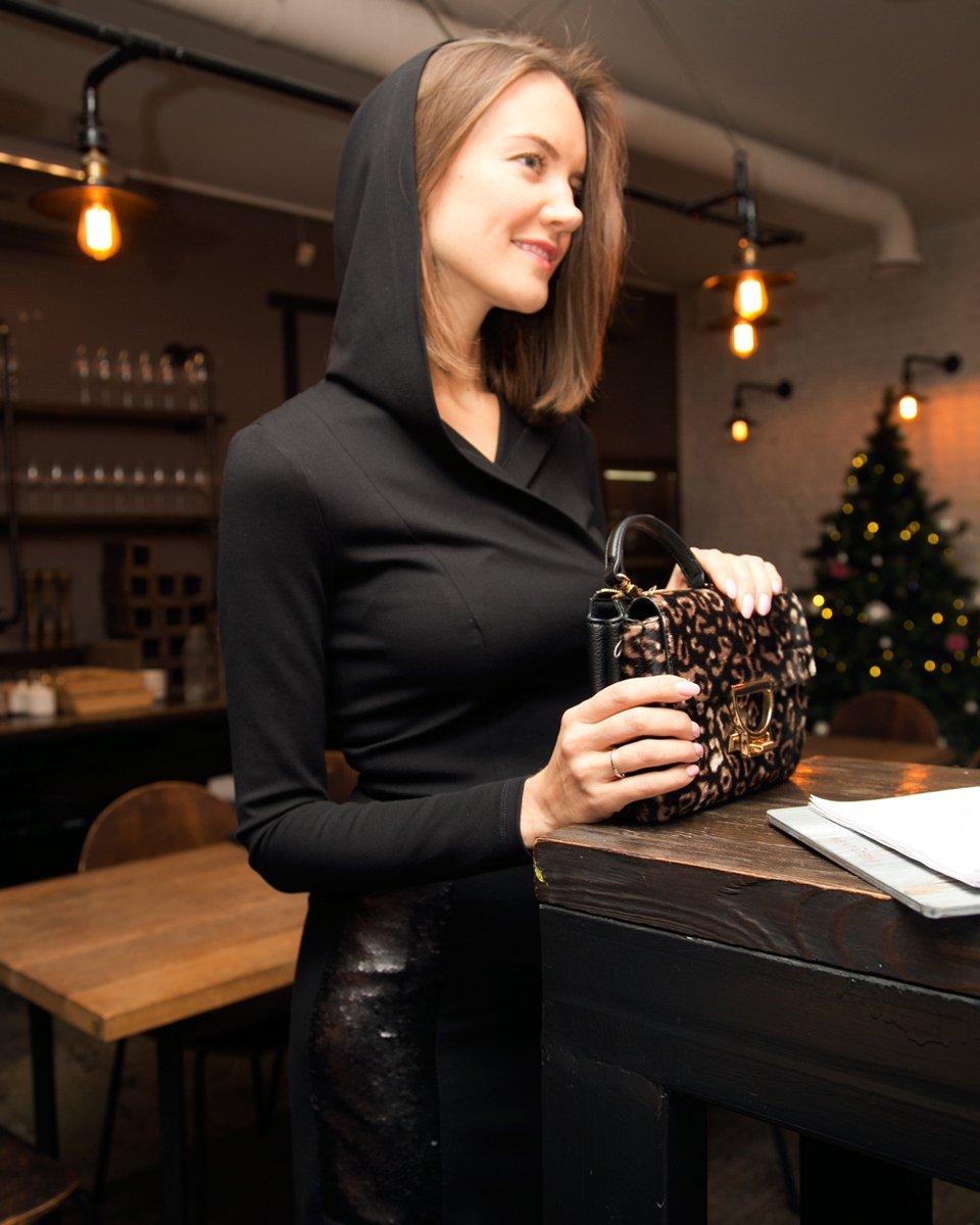 Платье трикотажное с капюшоном и вырезом на спине