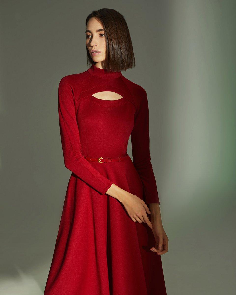 Платье из трикотажа, с фигурным вырезом на груди