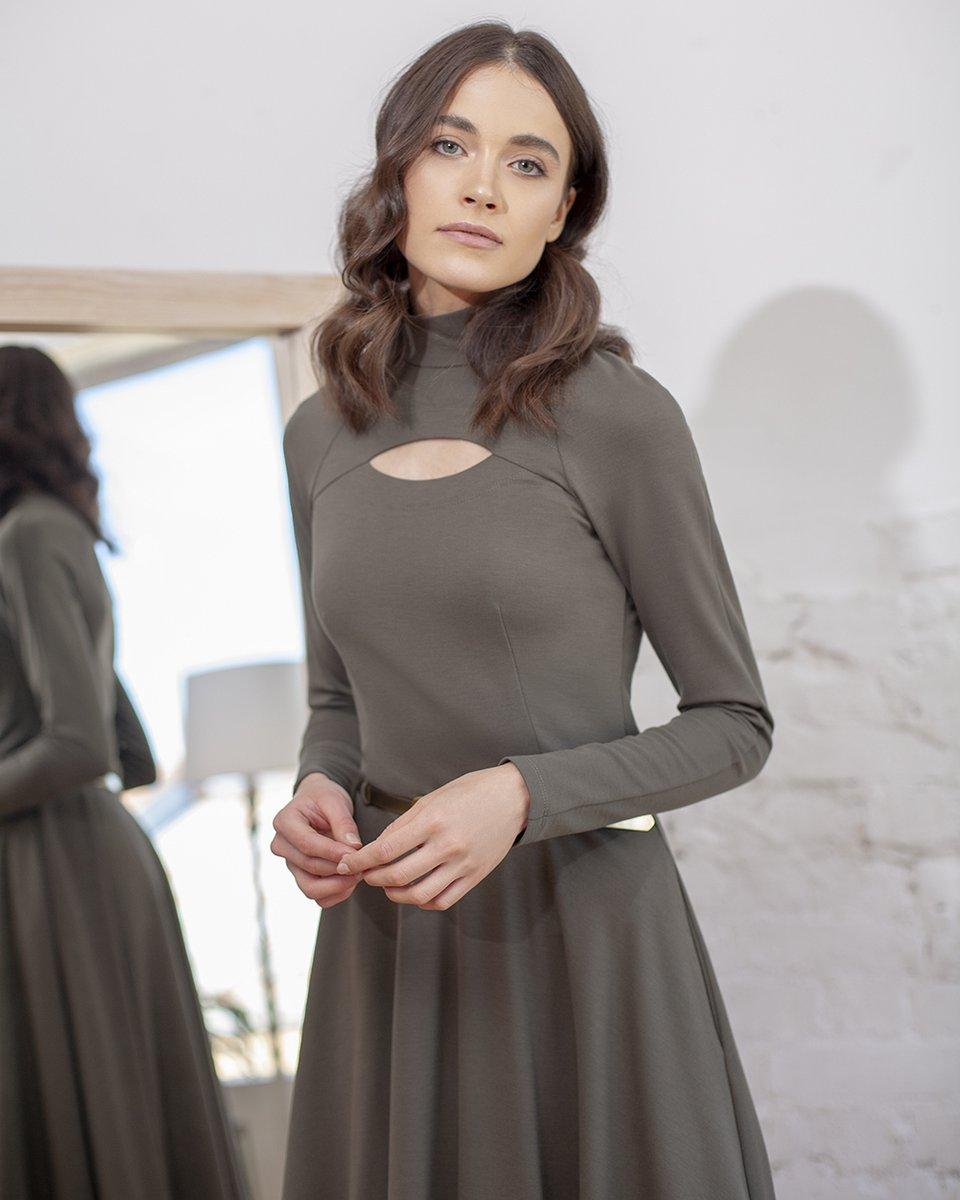 Платье трикотажное с фигурным вырезом на груди цвета хаки