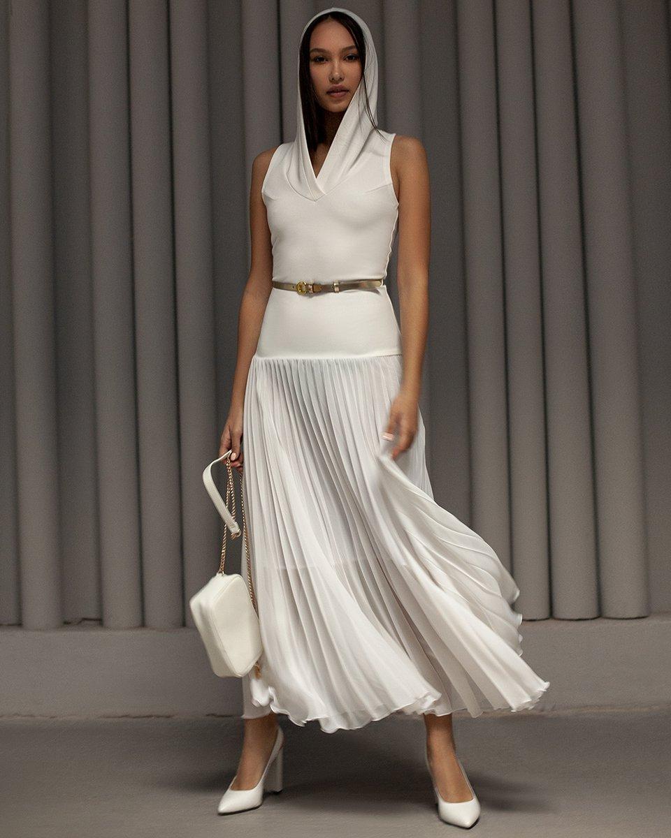 Платье макси с капюшоном и юбкой-гофре белого цвета