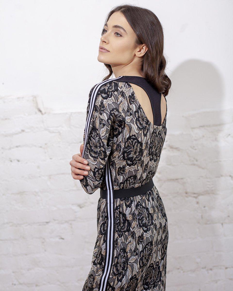 Платье в спортивном стиле из трикотажа, с лампасами