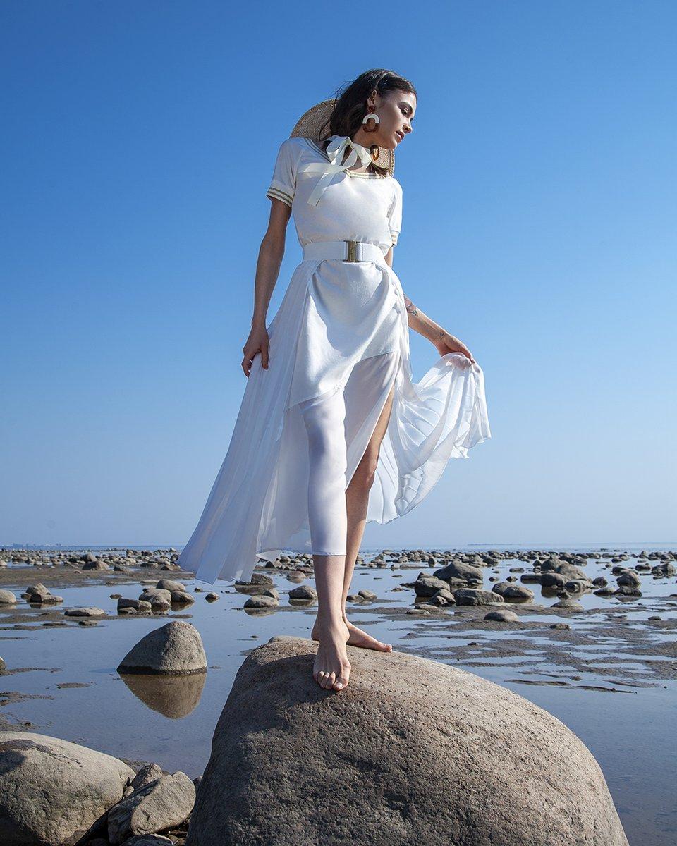 Платье в спортивном стиле белого цвета со шлейфом гофре