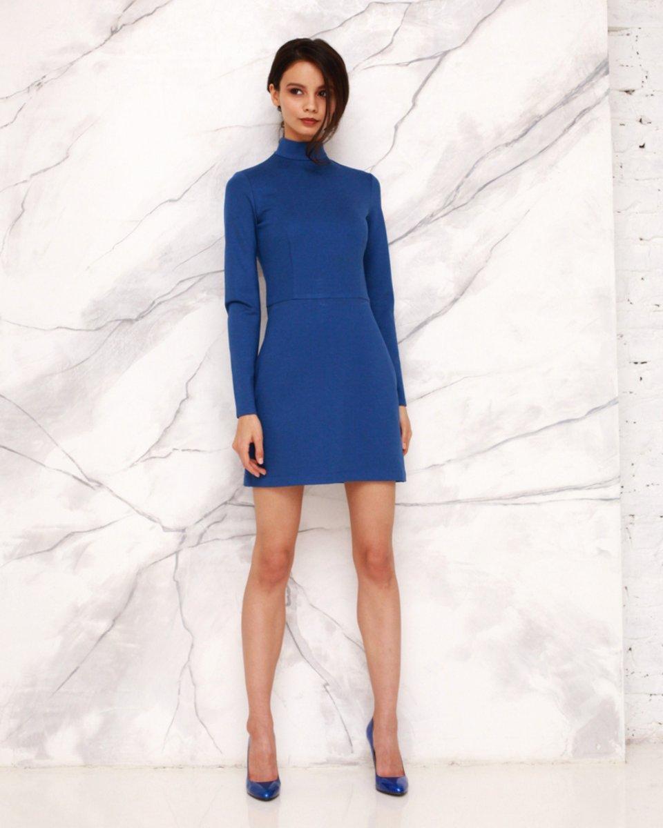 Платье-водолазка из трикотажа василькового цвета
