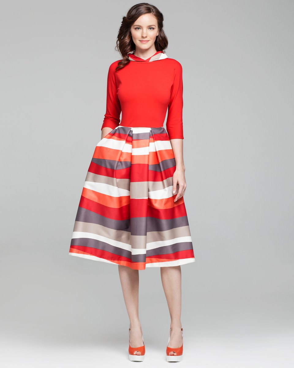 Платье с капюшоном и пышной юбкой