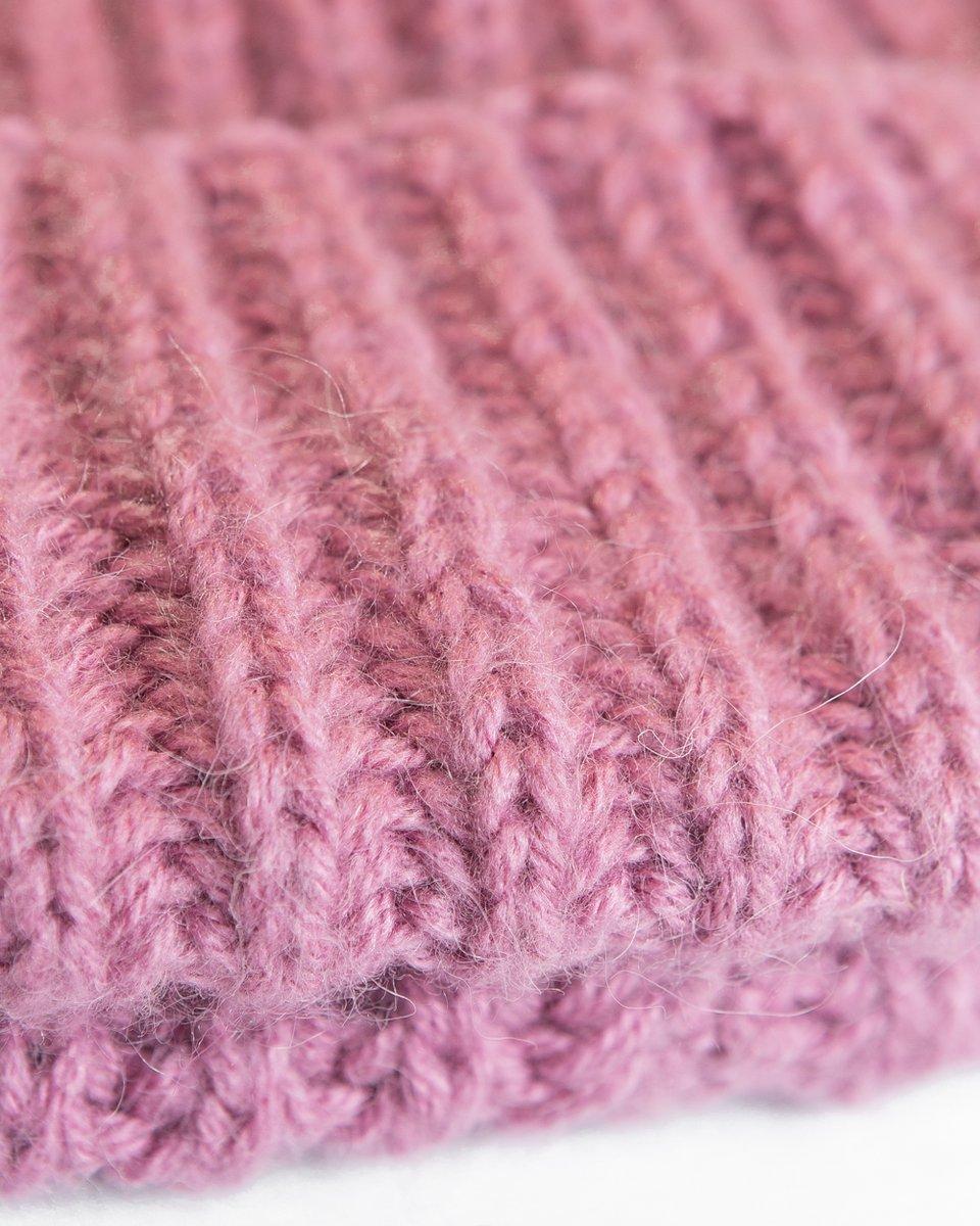 Шапка розового цвета с крупной вязкой