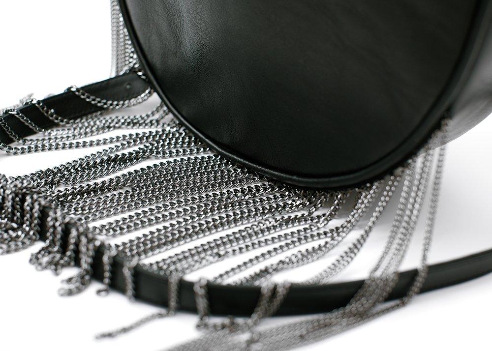 Сумка полукруглая с бахромой из цепочек, черная