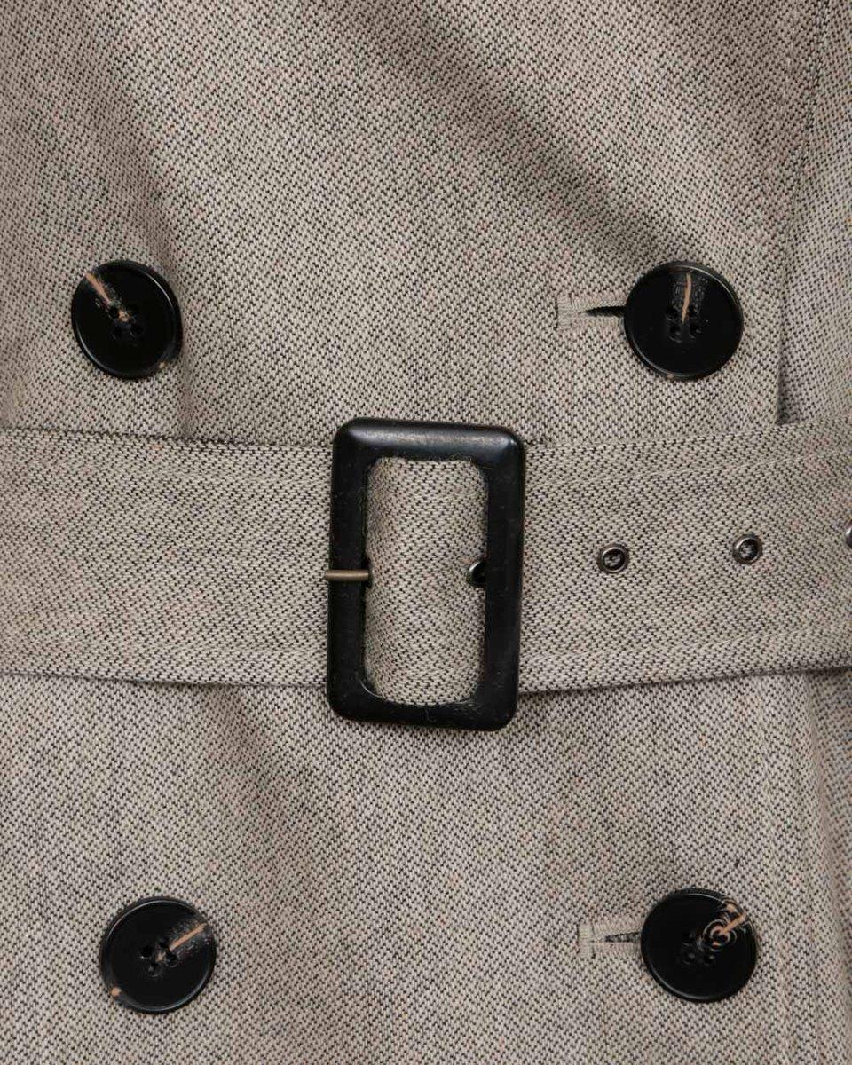 Тренч бежевого цвета с накладными карманами и кокеткой