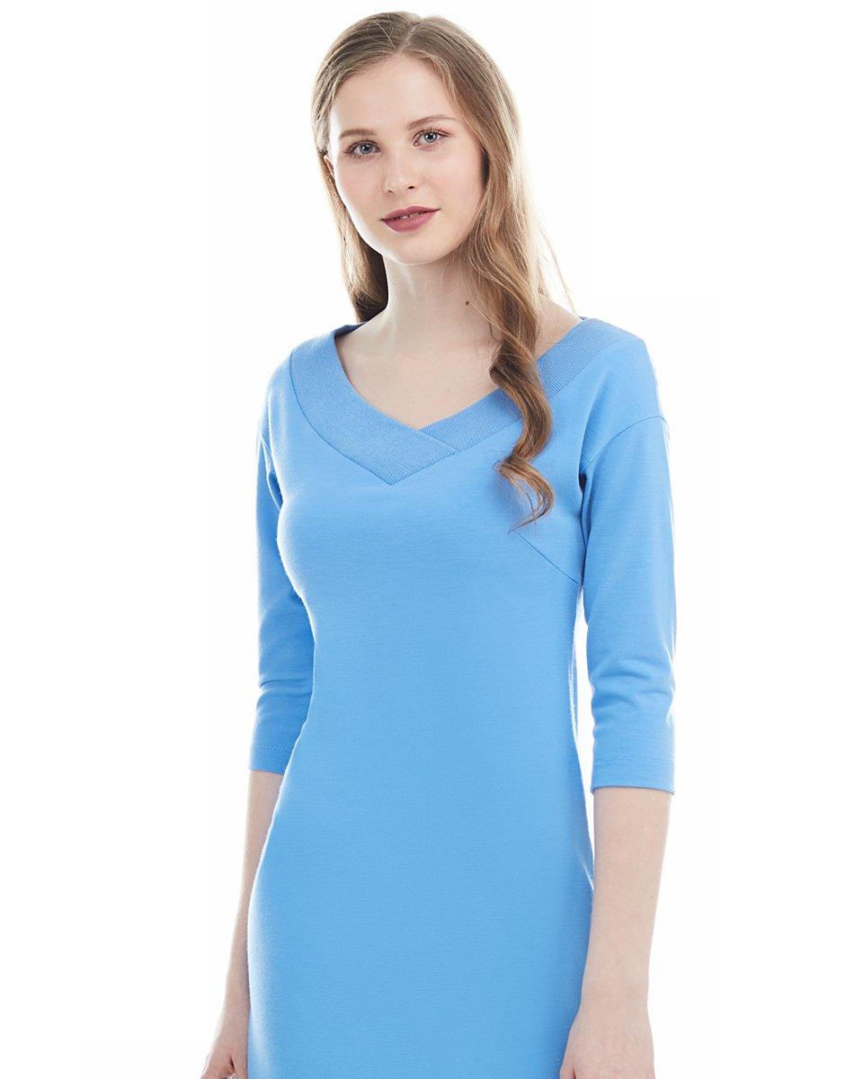 Трикотажное платье с V-образным вырезом, голубое.
