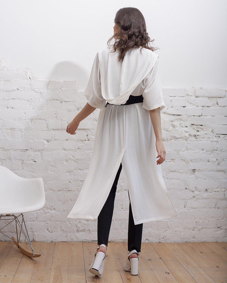 Туника с капюшоном, из шелковой ткани белого цвета