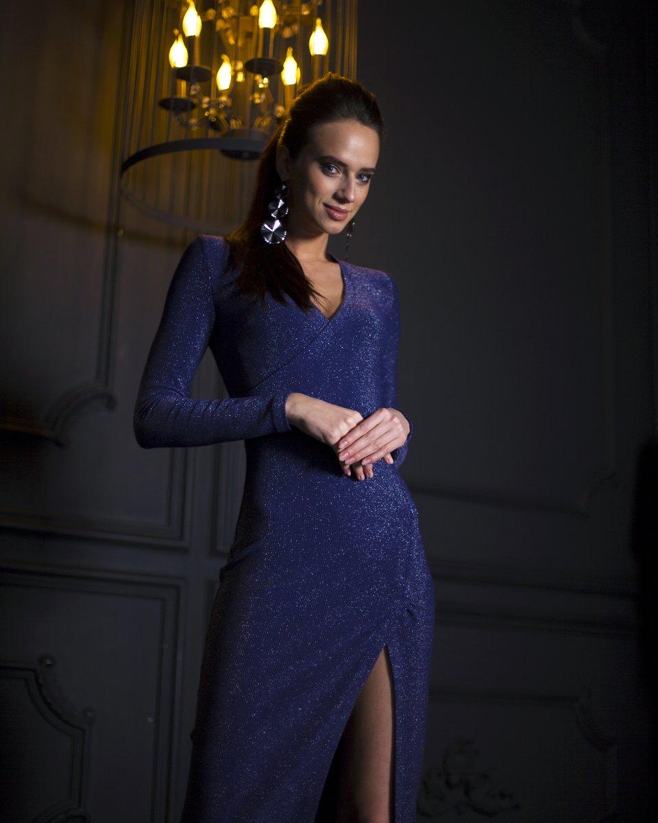 Вечернее платье с люрексом цвета глубокий кобальт с V-образным вырезом
