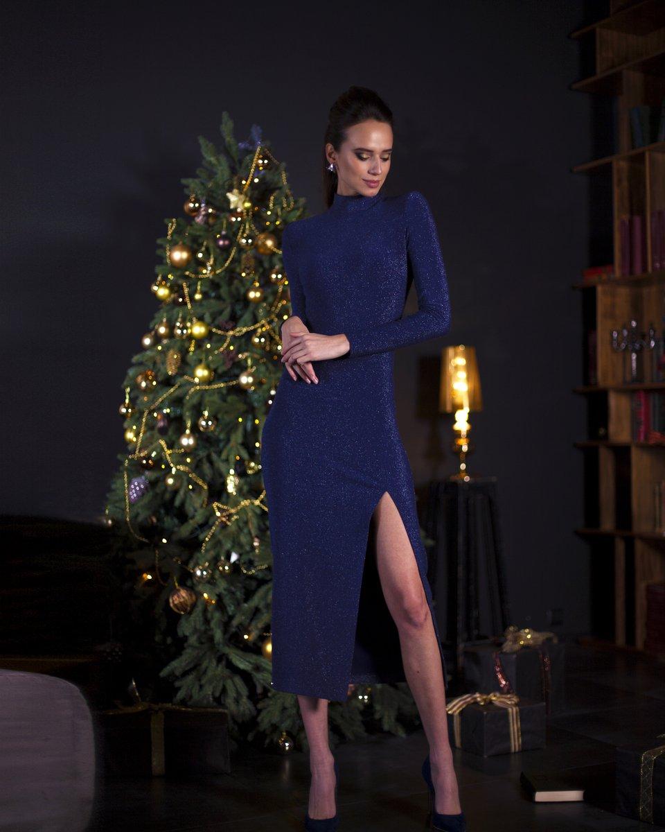 Вечернее платье с люрексом цвета глубокий кобальт с воротником стойкой