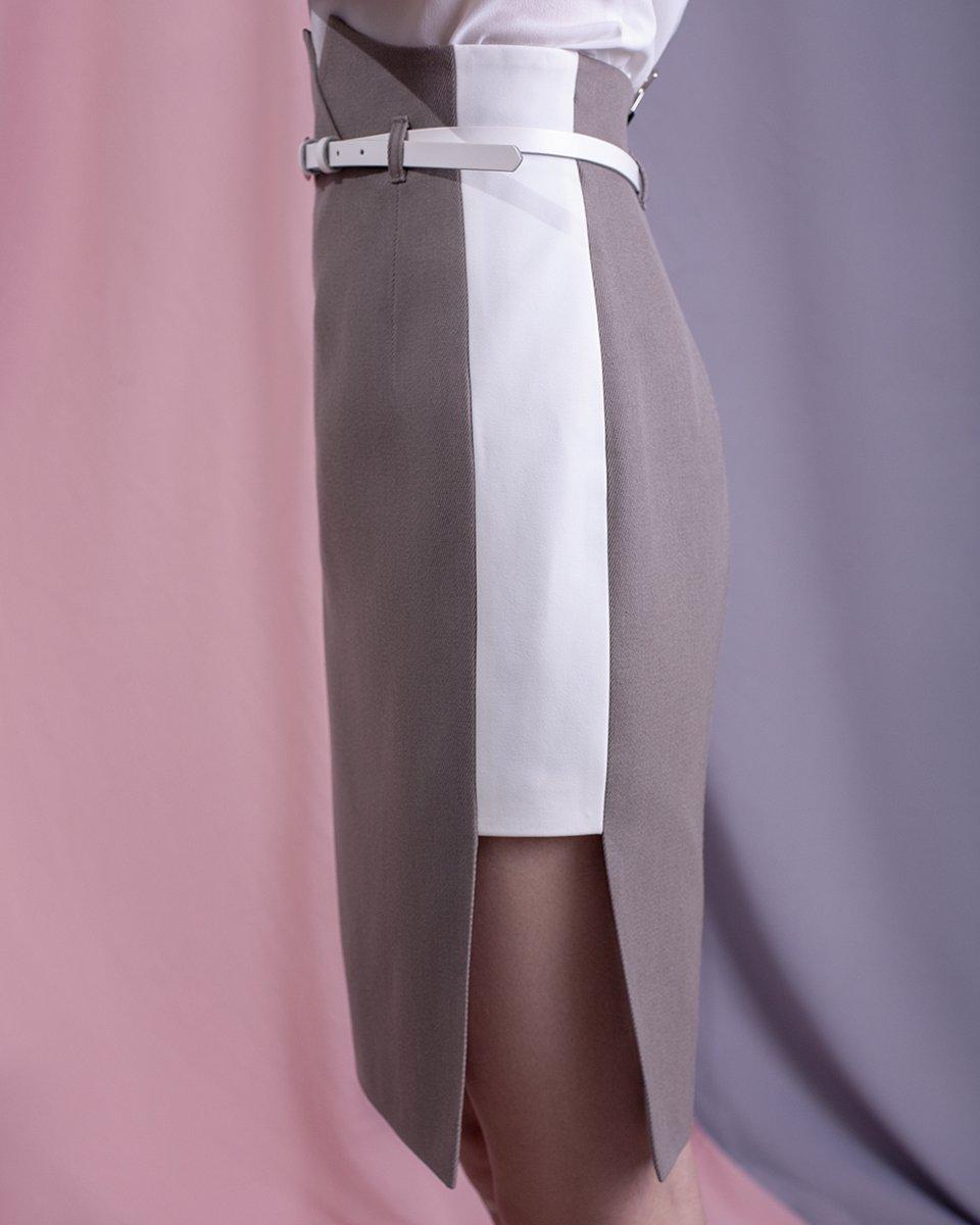Юбка-карандаш бежевого цвета с декоративным вырезом