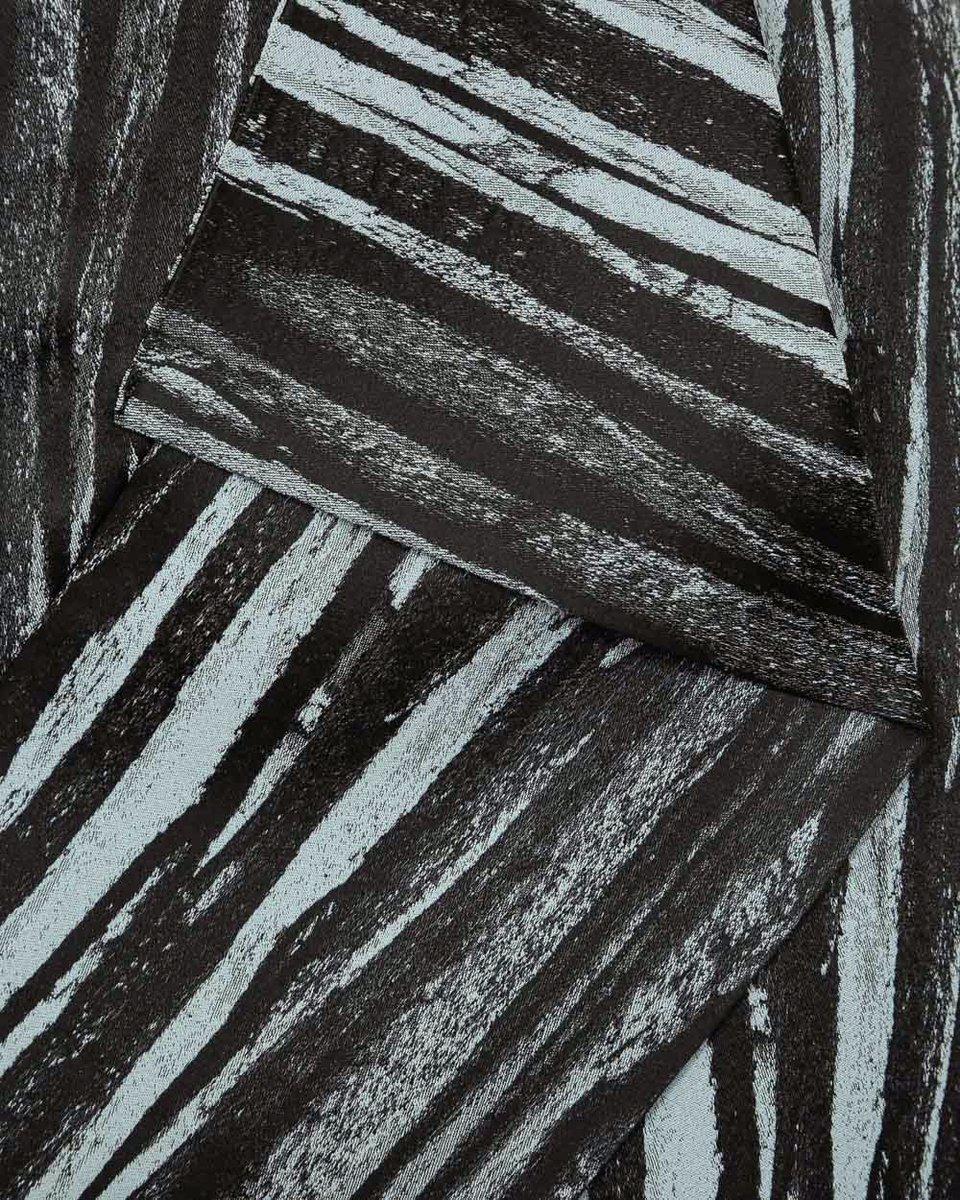 Юбка-карандаш с декоративным элементом на полочке