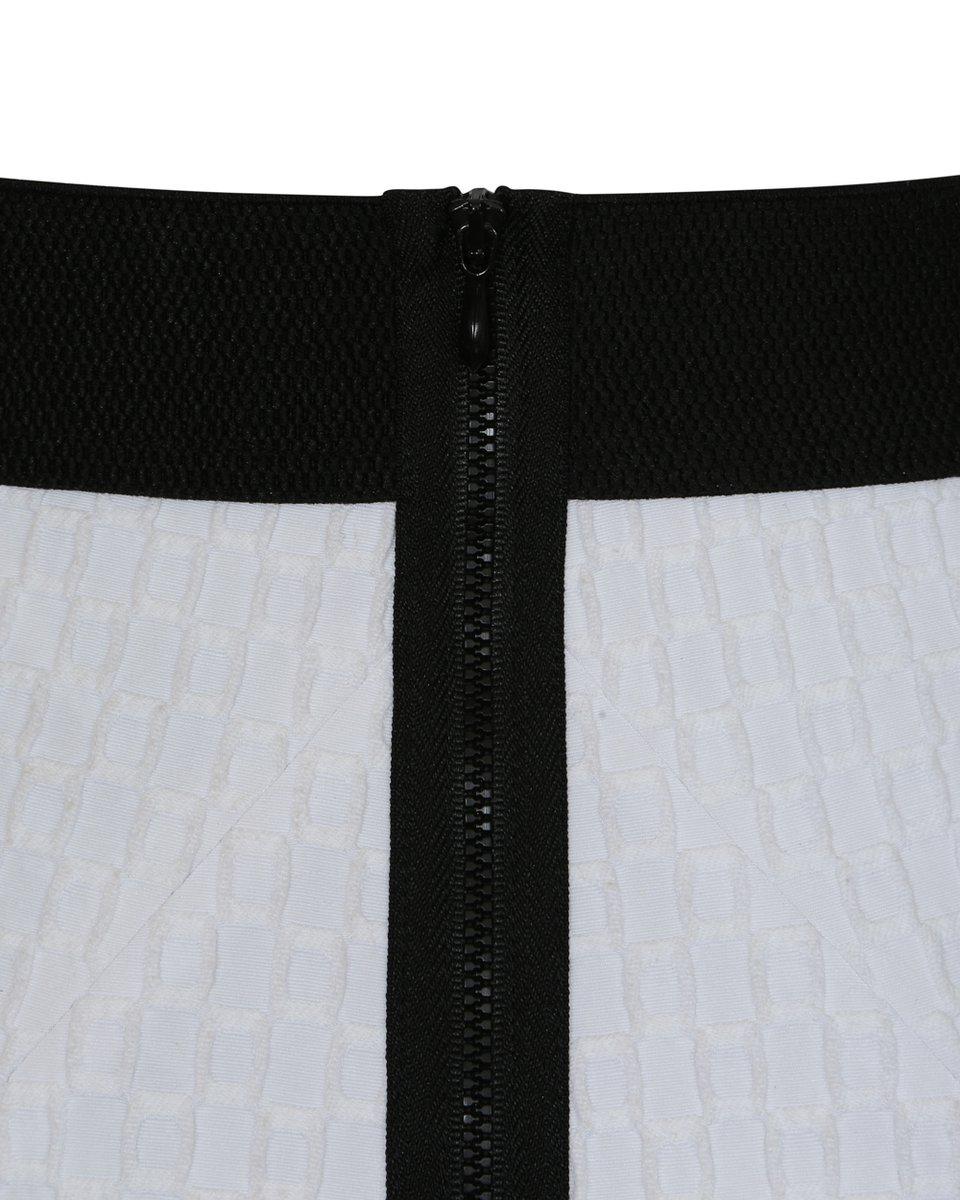 Юбка мини белого цвета из фактурной ткани