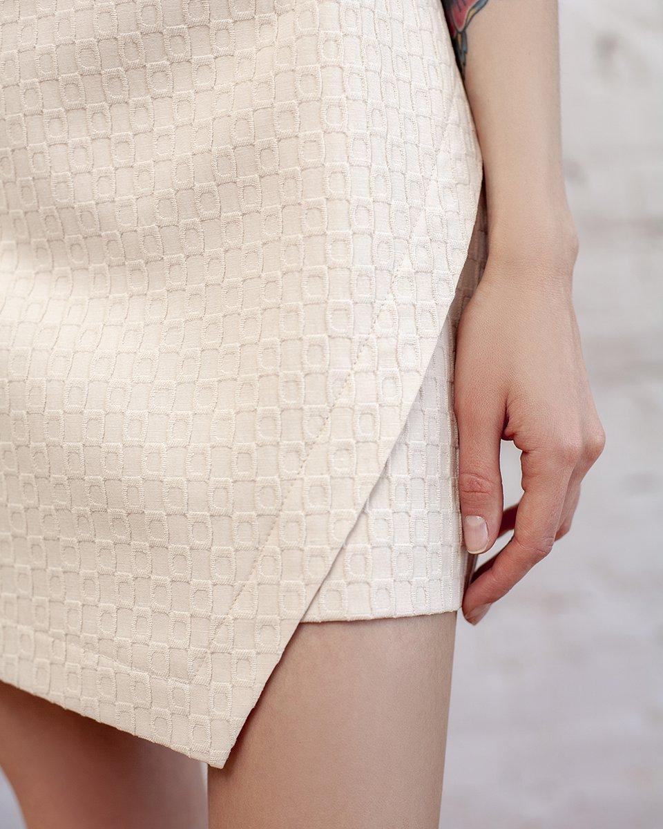 Юбка мини цвета экрю из фактурной ткани