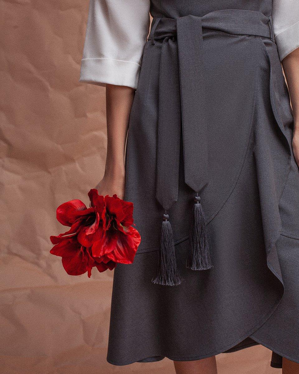 Юбка серого цвета с воланом и декоративными кистями на поясе