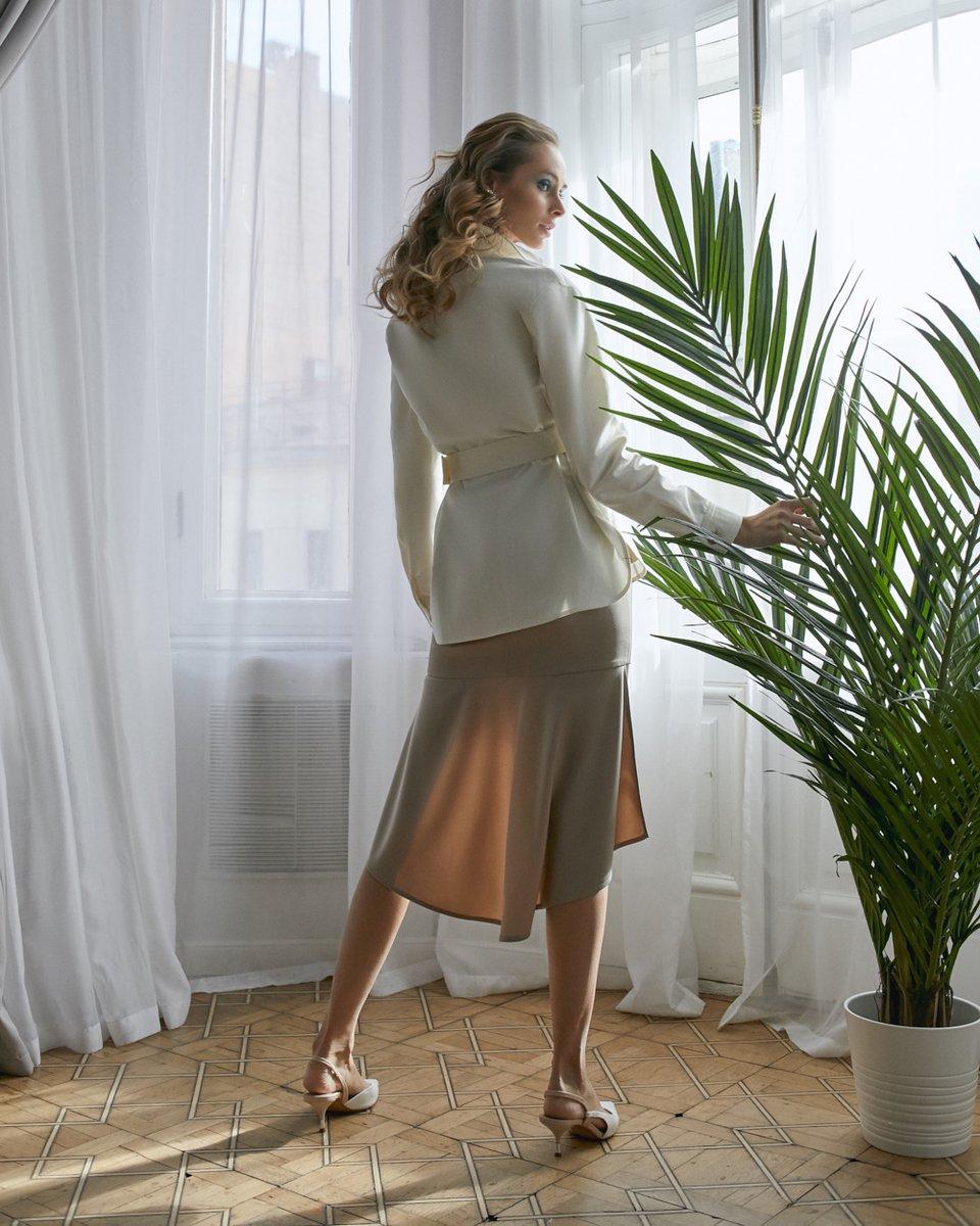 Жакет молочного цвета с накладными карманами и поясом