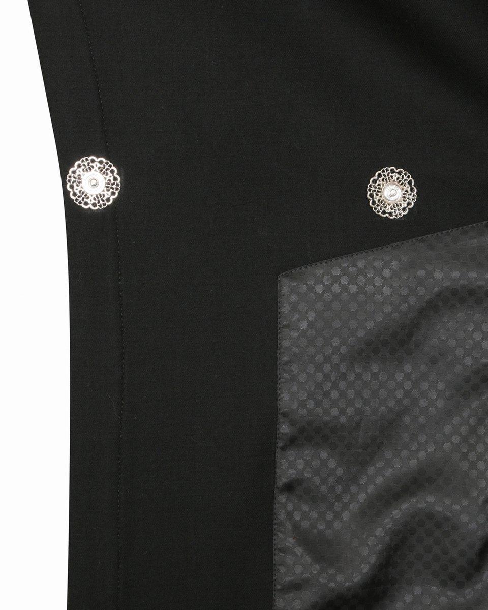 Жилет черного цвета, декорированный металлическими кольцами