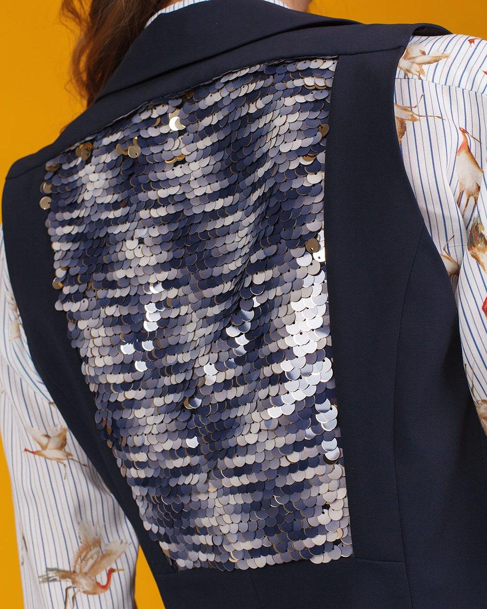 Жилет из эластичной ткани декорированный пайетками