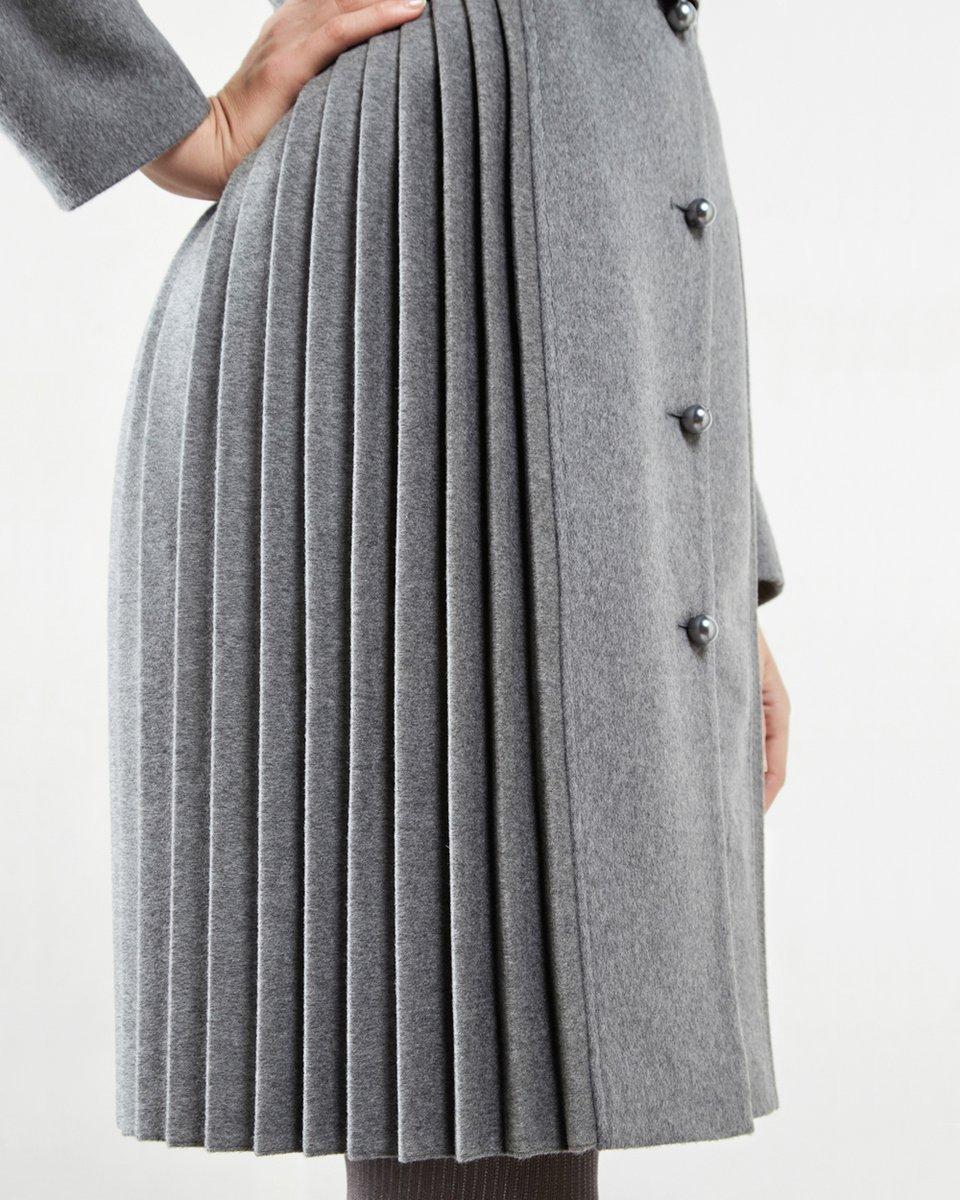 Зимнее пальто приталенного силуэта с кожаным поясом и вставками плиссе.