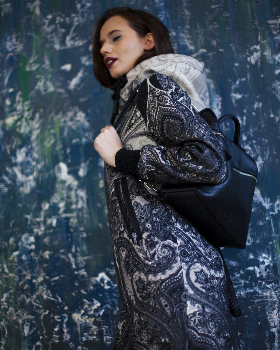 Зимнее пальто прямого силуэта с авторским принтом