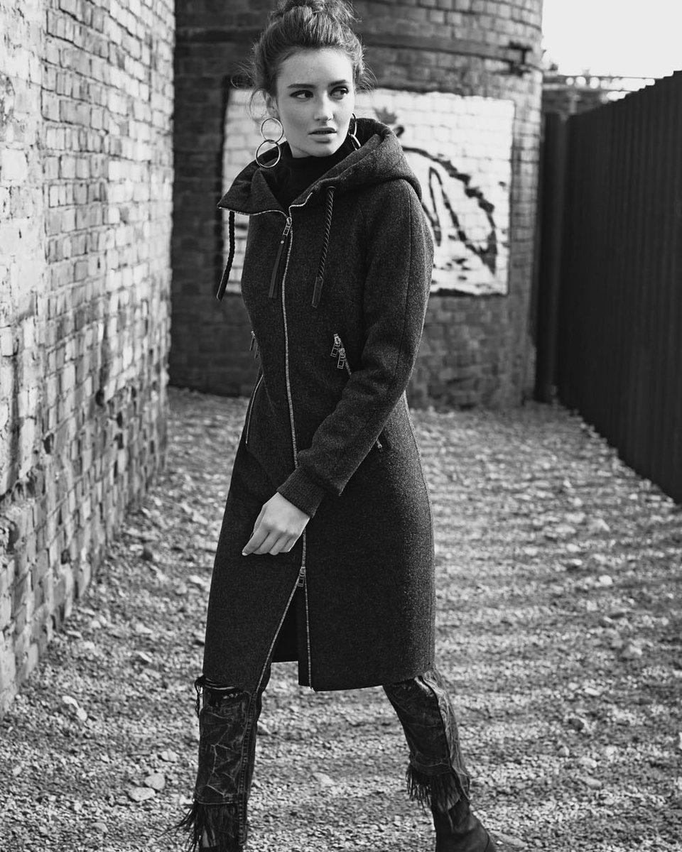 Зимнее пальто прямого силуэта, с капюшоном