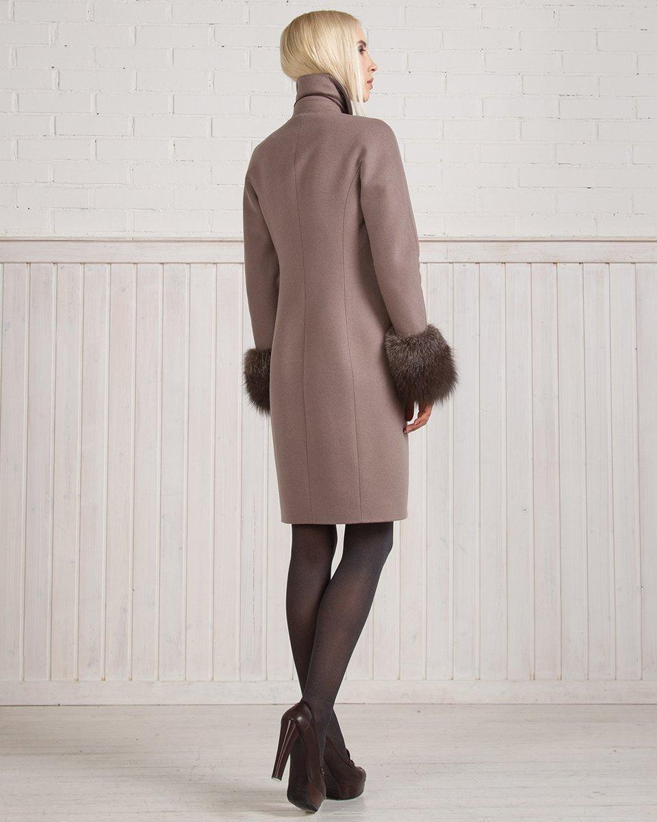 Зимнее пальто с манжетами и помпонами, цвета какао с молоком.