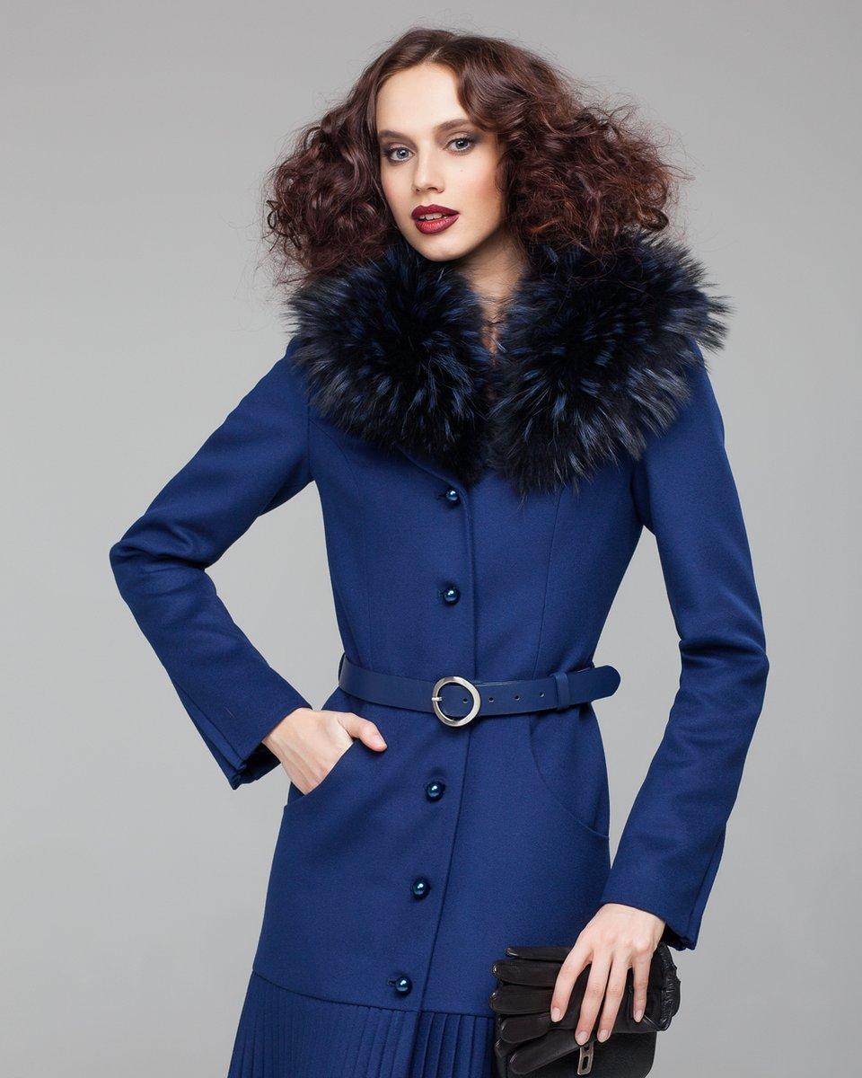 Зимнее пальто синего цвета с плиссе