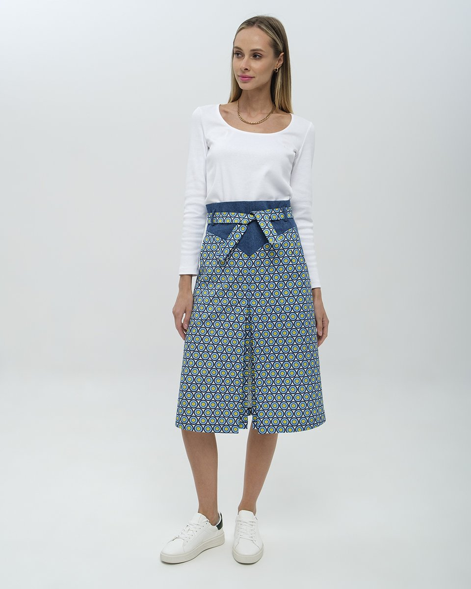 Джинсовая юбка-трапеция с ярким принтом