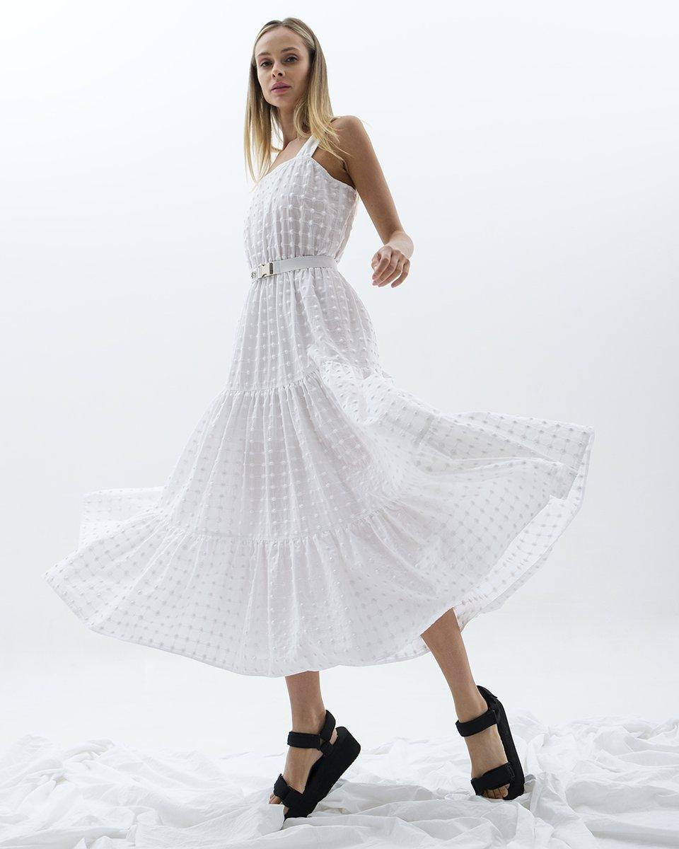 Платье-сарафан из белого шитья с пышной ярусной юбкой