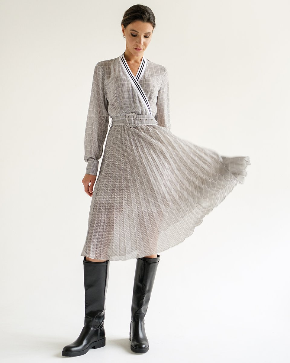 Платье с юбкой-плиссе и V-образным декольте