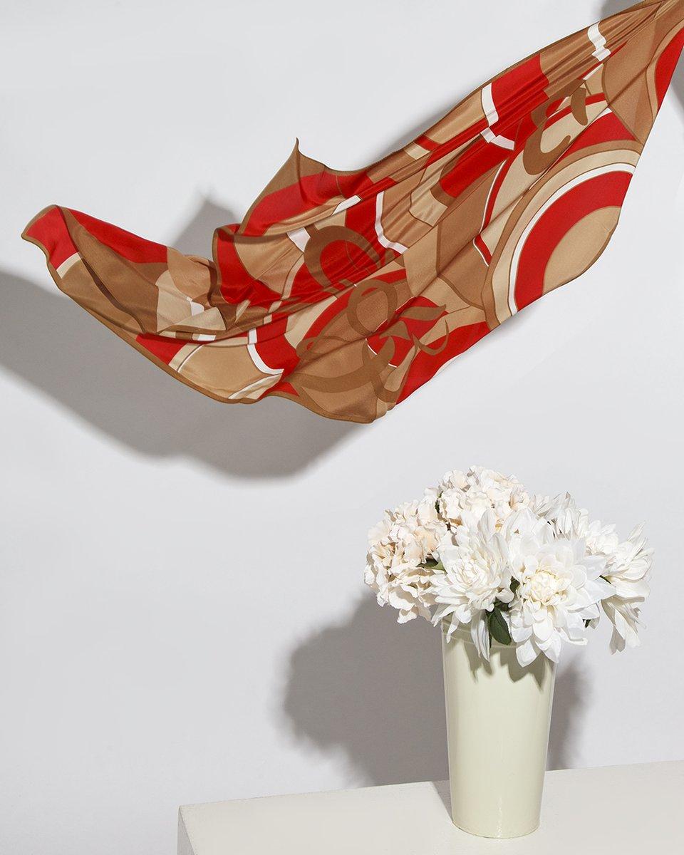 Платок бежево- красный геометрический принт