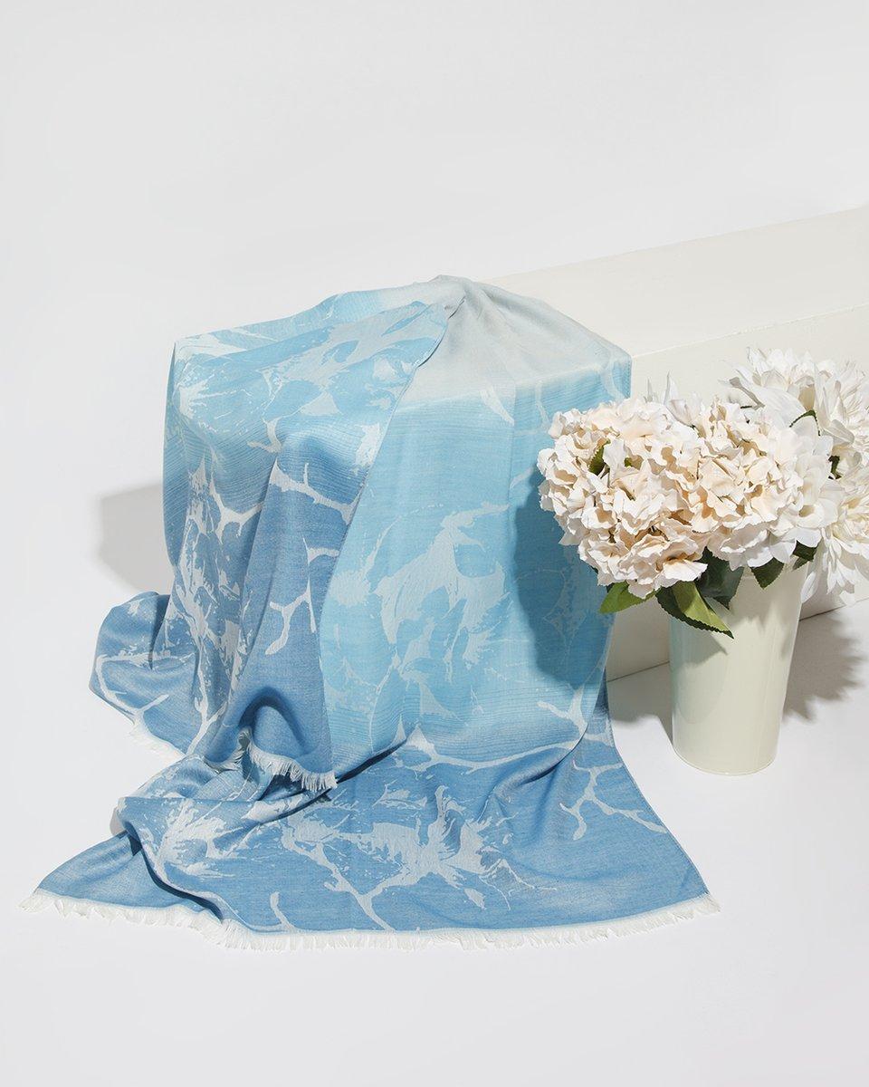 Палантин голубого цвета с узором 70/180
