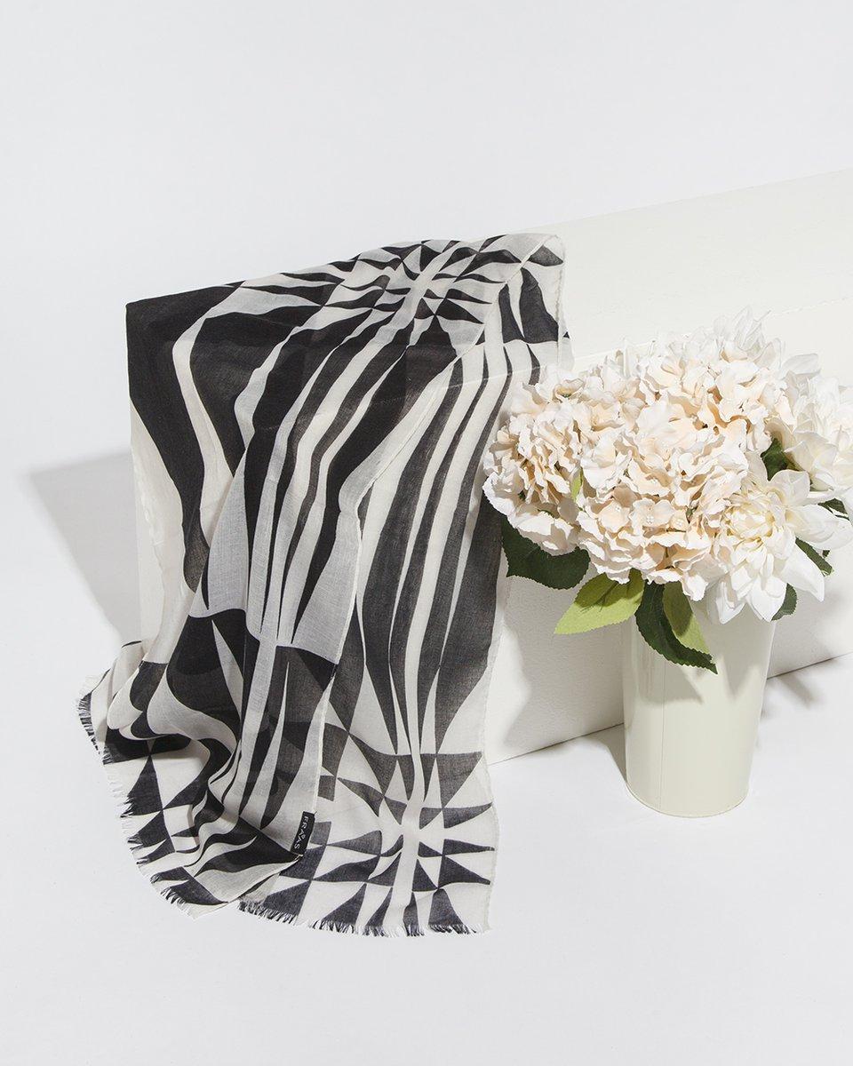 Платок черный с серым геометрическим узором43/180