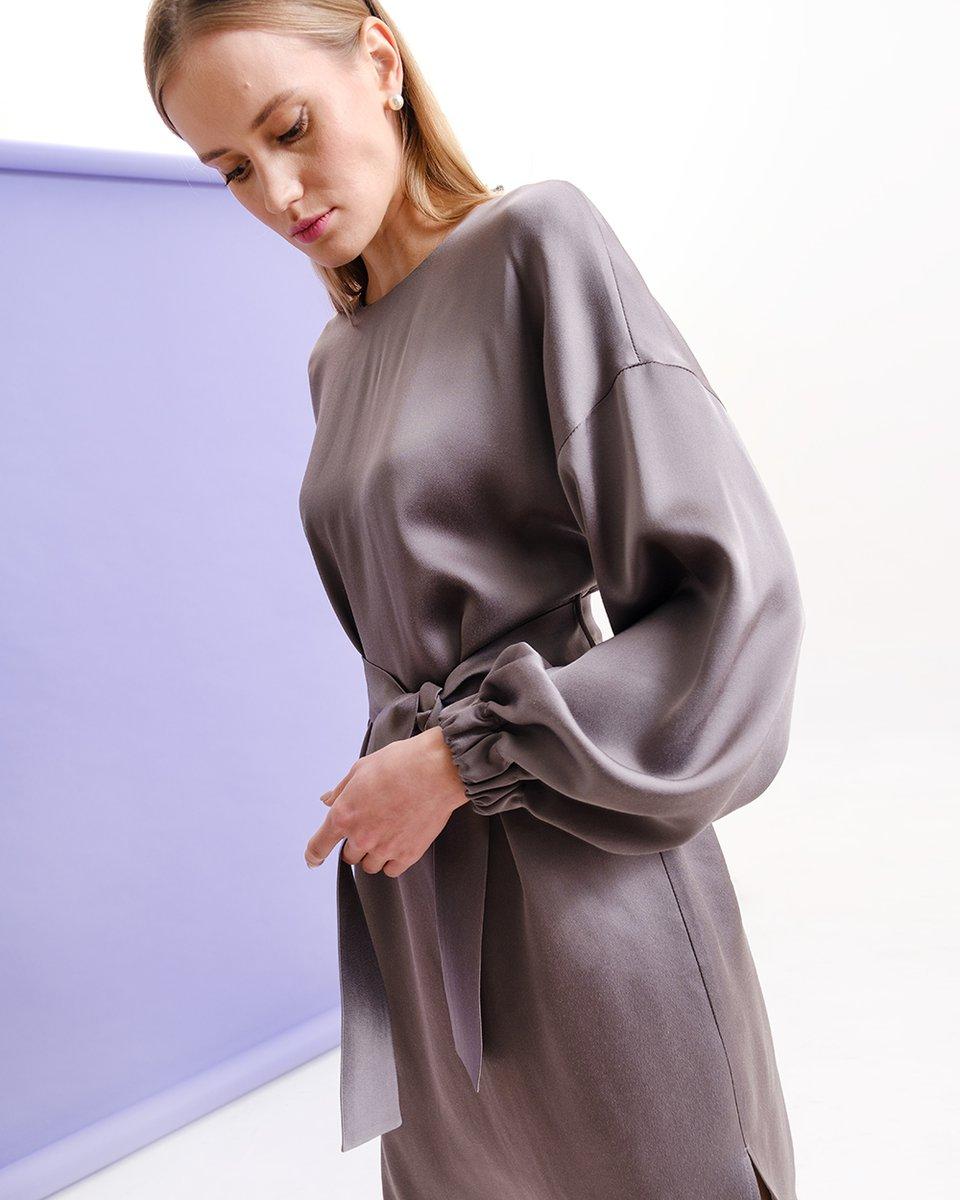 Атласное платье серого цвета
