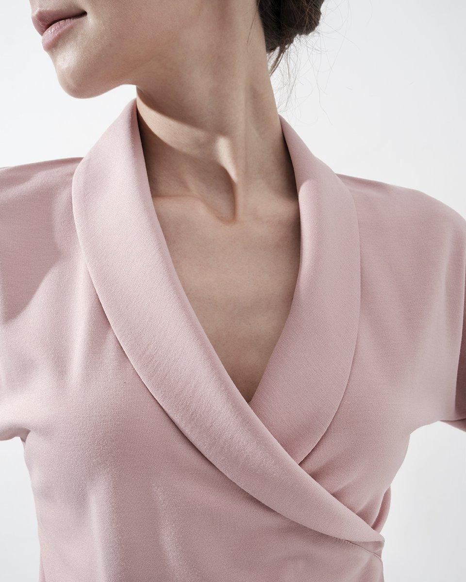 Блуза трикотажная пудрового цвета с шалевым воротником