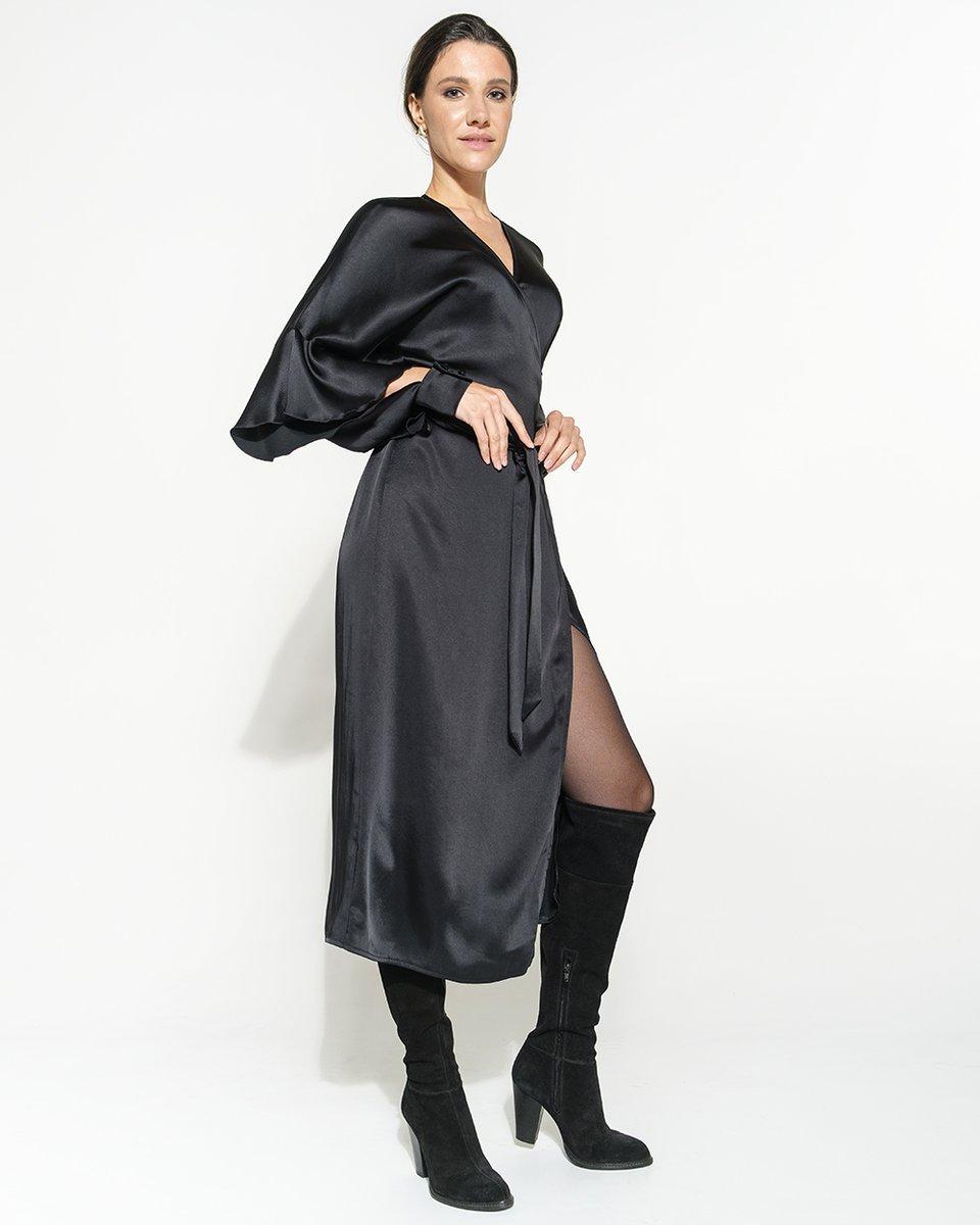 Черное вискозное платье на запах и рукавом с воланом