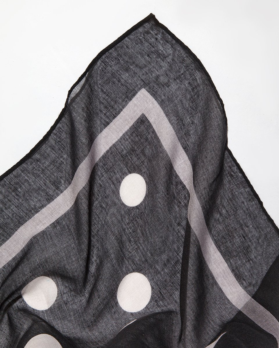 Платок черный с серыми сердечками и кругами 110/110