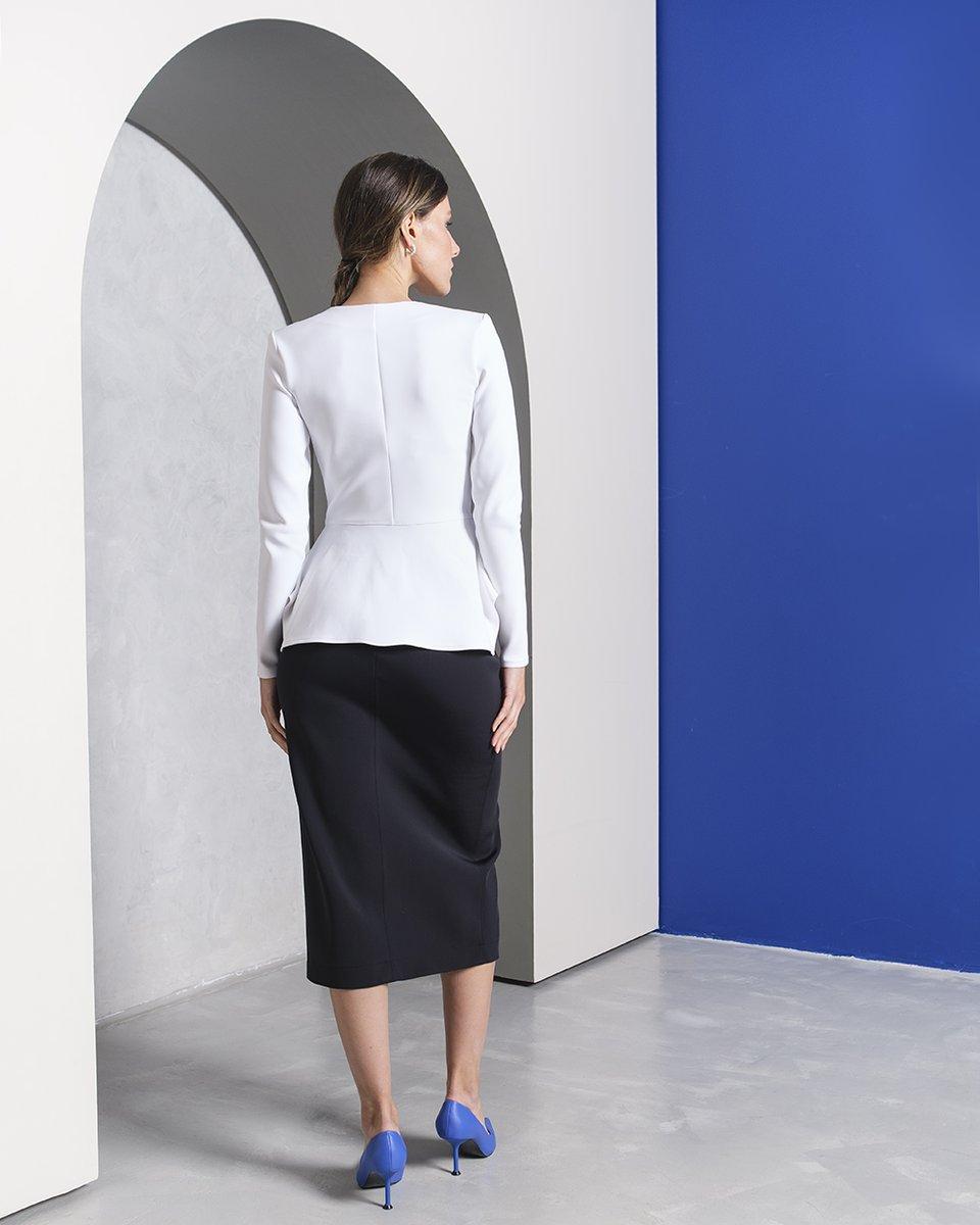 Блуза с баской и V-образным декольте