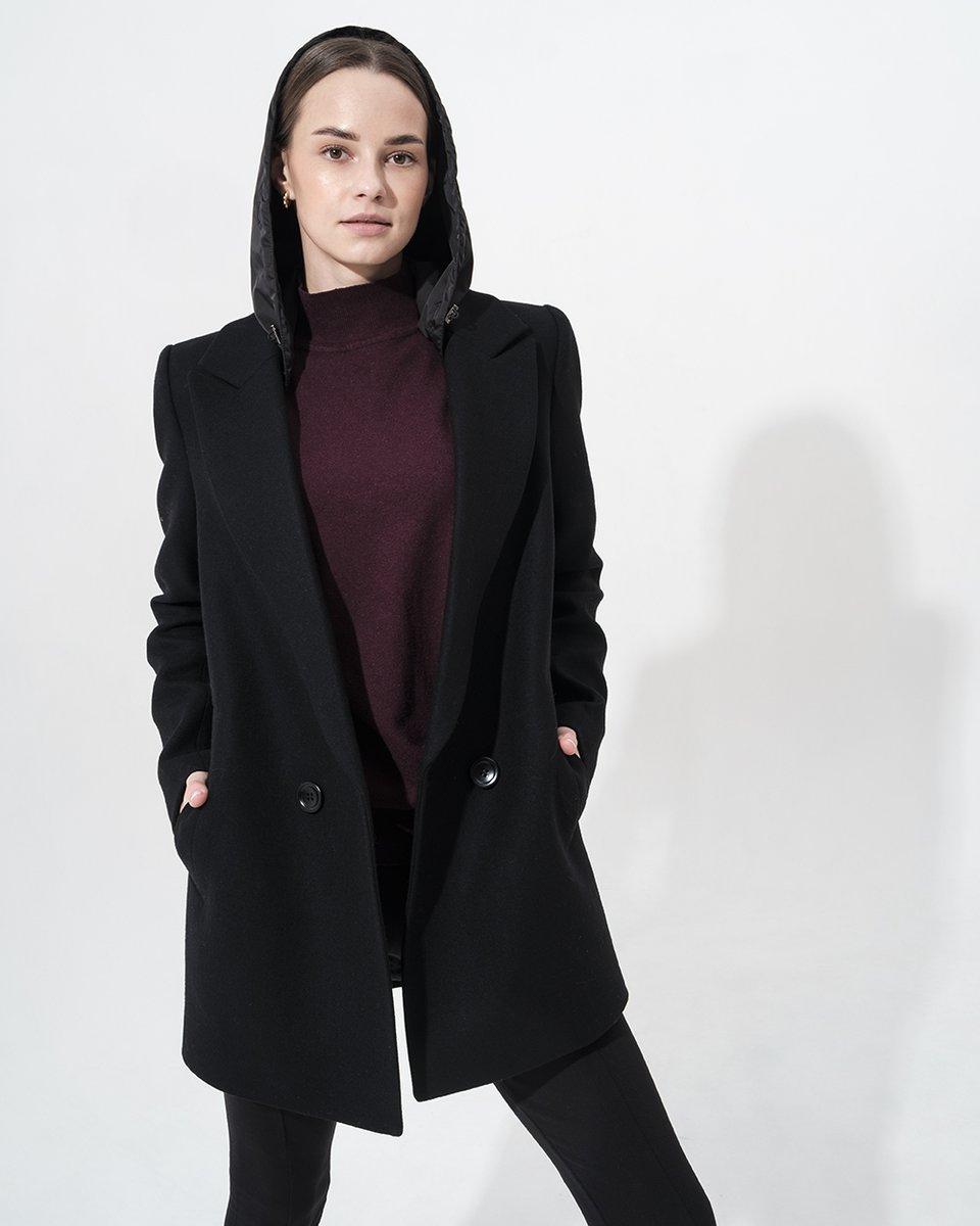 Пальто-жакет черного цвета с капюшоном